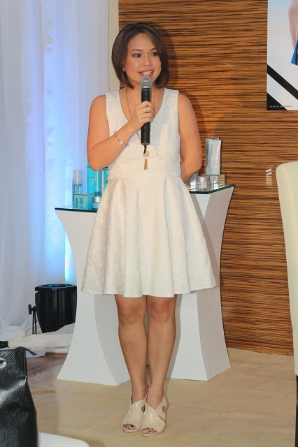 Johnson & Johnson Beauty group brand manager Via Reyes-Abaño welcomes the guests to the Neutrogena Skin Re-Treat event.