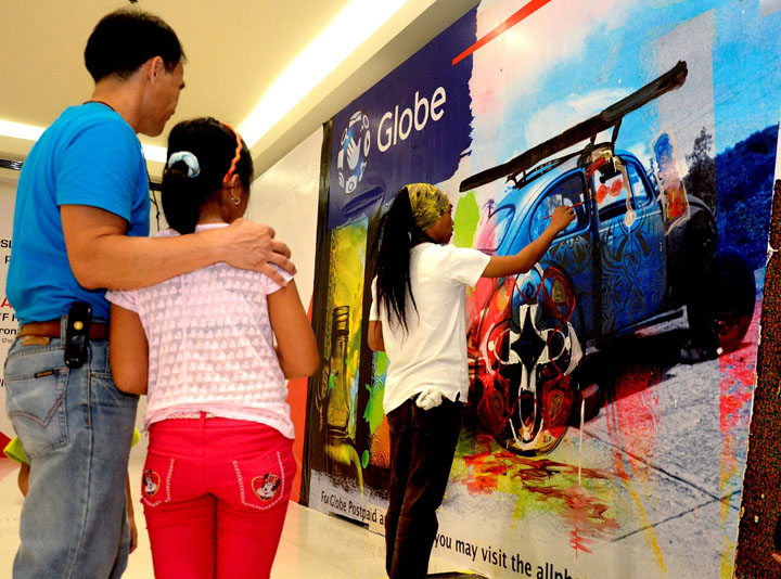 Artist Rem San Pedro showcases his talent to mall goers at SM North Edsa