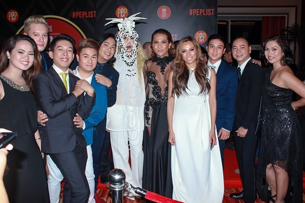 Male TV Star of the Year Vice Ganda (center) stands out from the crowd with his white ensemble as he poses for a photo with (from left) Pammy Villa-Real of HOOQ; Becky Nights' Matt Gozun, IC Mendoza, Jake Galvez, Buern Rodriguez, Margaux Medina and Divine Lee; Marlo Garcia of HOOQ along with the company's Content and Programming Director Jeffrey Remigio and Marketing Head for the Philippines Sheila Paul.