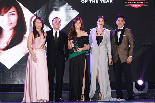 Jennylyn Mercado (center) beams with pride after receiving the HOOQ Teleserye Actress of the Year award for her portrayal of Rhodora in Rhodora X.  With her are (from left) HOOQ Country Manager for the Philippines Jane Walker, Content and Programming Director Jeffrey Remigio, and co-artists Rhian Ramos and Luis Alandy.