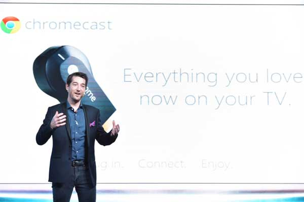 Globe-Senior-Advisor-for-Consumer-Business-Dan-Horan-showcases-the-features-of-Chromecast