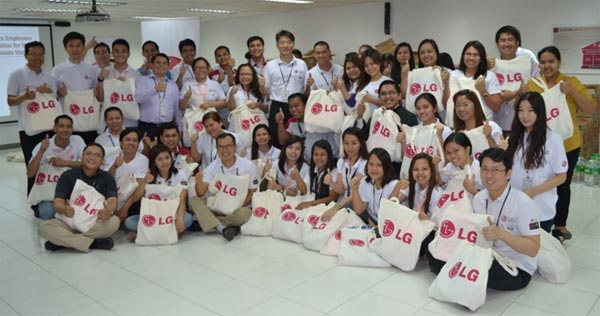 In 2014, LGEPH Managing Director Sung Woo Nam and employees gather together with Philippine Red Cross chairman and chief executive officer Dick Gordon packaging relief goods for the victims of typhoon Yolanda that hit the Philippines in 2013.