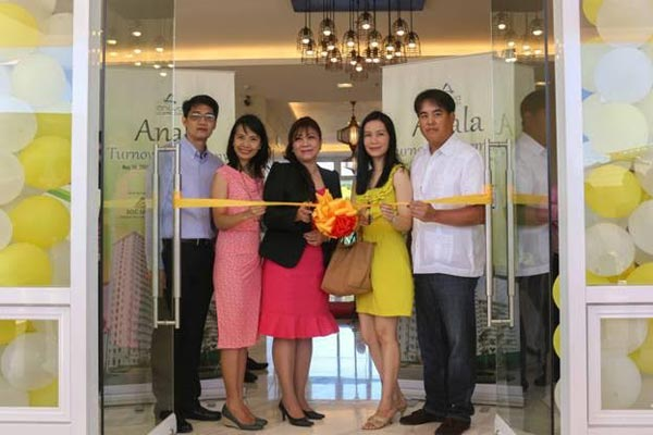 SOC Land turns over Anala, the first tandem building at Anuva Residences. It has 515 units and features elaborate outdoor amenities. In photo are (from Left): Felimon G. Yee Jr., SOC Land General Manager; Justine Anne Mercado, SOC Land Director; Rufina Goh, One of first unit buyers of Anala; Farah Denise Castro, SOC Land Director and; John Paul G. Reyes, President of SOC Land.