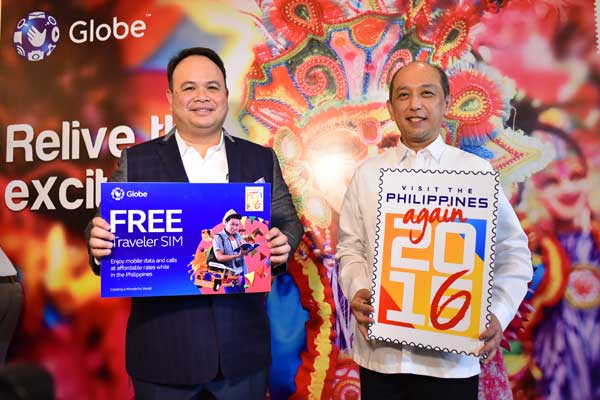 Forging the partnership between Globe Telecom and the Tourism Promotions Board to offer the Globe Traveler SIM for free to tourists and balikbayans are Globe SVP Nikko Acosta and TPB COO Domingo Enerio III