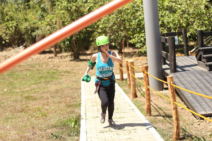 Fast-rising YouTube vloggers Janina Vela from Team Sour Cream and Wil Dasovich of Team Super Cheese went head to head at the final obstacle course at the Jolly Flavorventure Park.