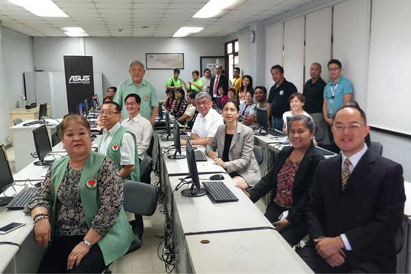 ASUS Philippines Country Manager Mr. George Su (front row, right most) in one of the e-learning centers