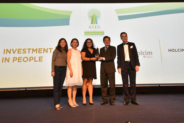 Holcim-Philippines-representatives-with-AREA-officials-during-the-awarding-ceremony