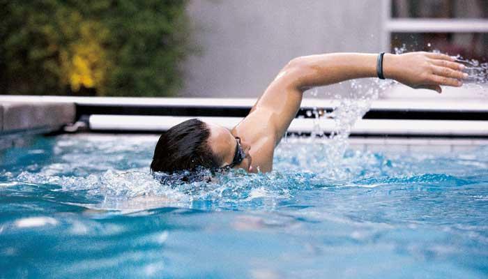 Fitbit-Flex-2_Man_Swim_Lifestyle
