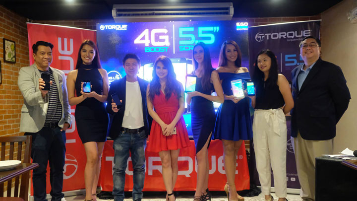 Lef to Right, skipping models in blue: Ian Garcia (Torque Business Unit Head), Chris Uyco (Torque Mobile CEO and President), Elisse Joson (Torque Brand Ambassador), Darlene Sasan (Sr. Product Marketing Specialist), and Reuben SJ Pangan (AIR21 President).
