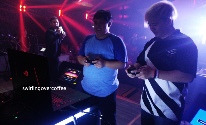 Emman Tortoza of GadgetPilipinas (middle) and Boss Mac Suba Tekken the night away on the ROG Strix GL702ZC, while Anvey Factora, Head of Marketing as ASUS PH (left-most) looks on.