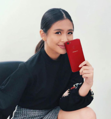 Gabbi Garcia holds the OPPO F5 Red