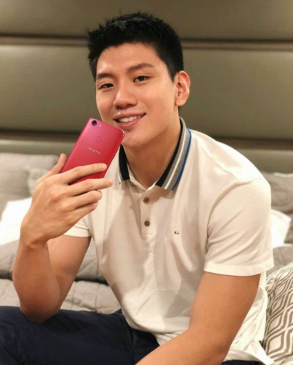 Jason Teng holds the OPPO F5 Red
