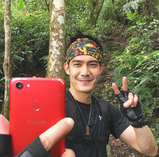 Robi Domingo holds the OPPO F5 Red