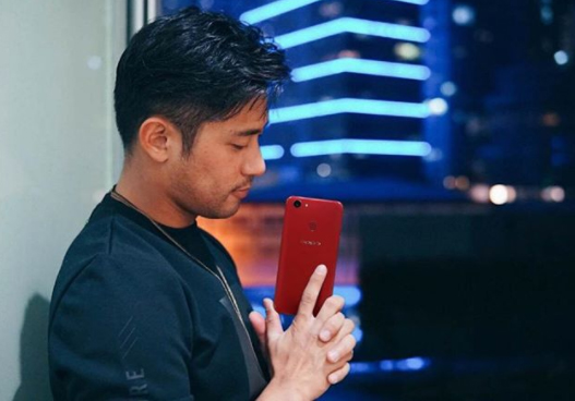 Rocco Nacino holds the OPPO F5 Red