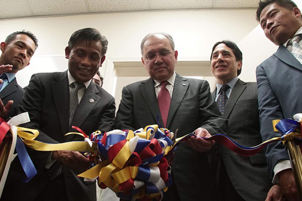 His Excellency Jose Manuel Romualdez, Philippine Ambassador to the United States (3rd from right) and Consul General Henry Besurto, Jr. (4th from right) cut the ribbon at the inauguration of Spark 447, an innovation hub that provides a co-working space for Fil-Am start-up companies. Looking on are CEO of Panalo Solutions JR Calanoc (left), Richard Ortega of PLDT (2nd from right), and Founder and CEO of Xtrilogy Ventures Albert Lim (right) (Photo courtesy of Jeremiah Ysip)