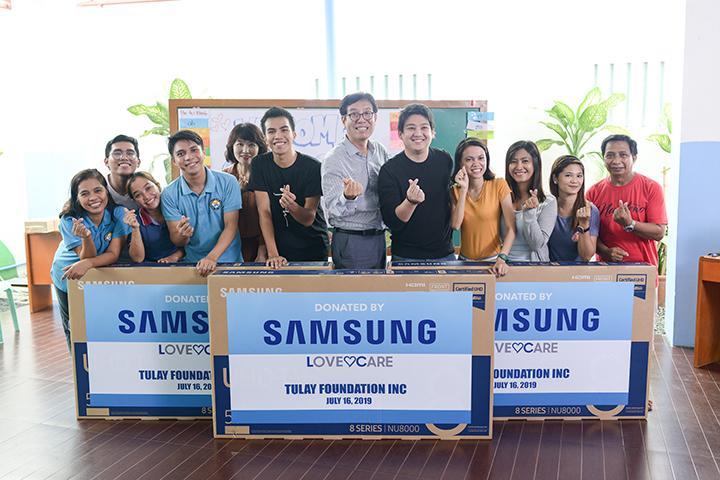 Urban poor community receives Samsung LFD units