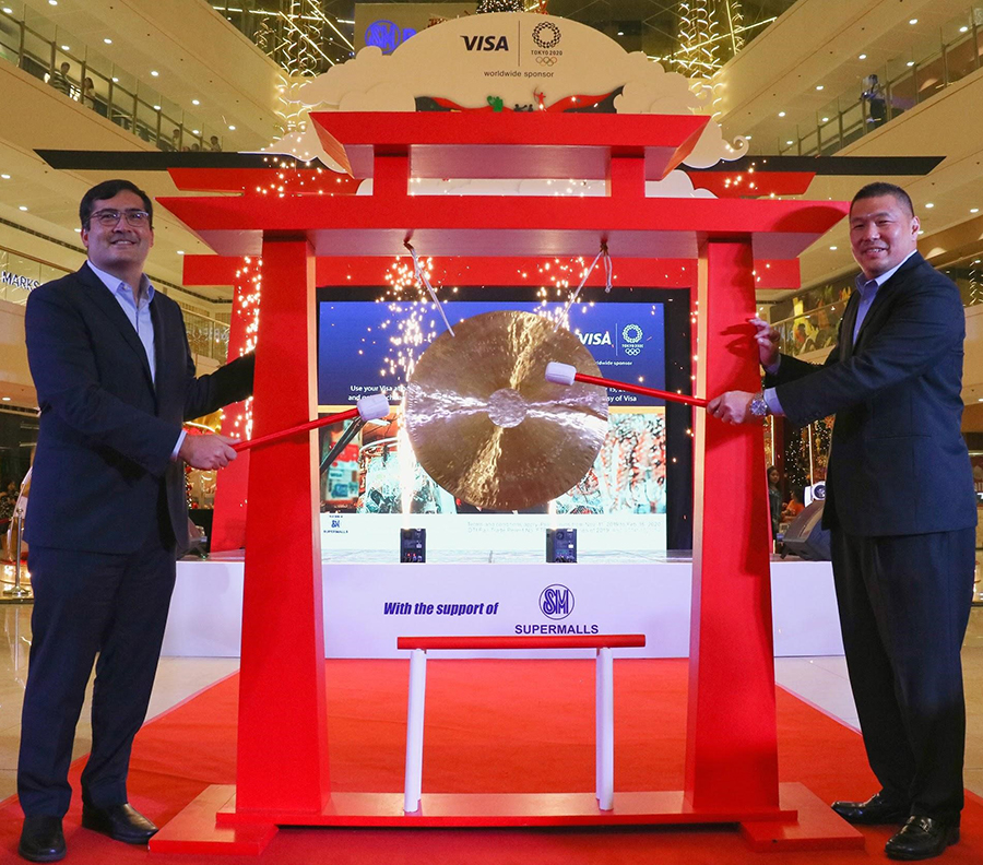 SM Supermalls SVP of Marketing Joaquin San Agustin, and Visa Country Manager for the Philippines and Guam Dan Wolbert take part in a Japanese Gong ceremony to kick off the joint campaign.
